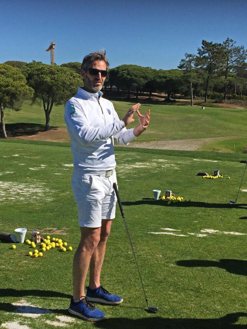 Golfleraar Bryan Seton hier aan het coachen voor een groep golfers