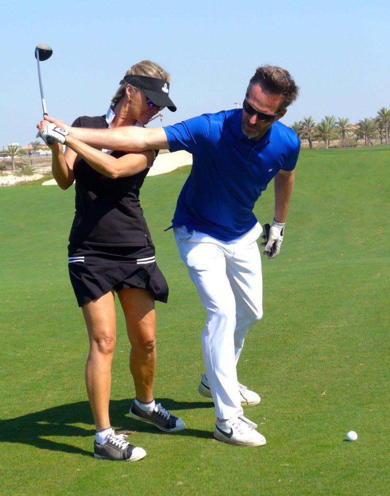 golfles aan lesklant op de golfbaan in Abu Dhabi